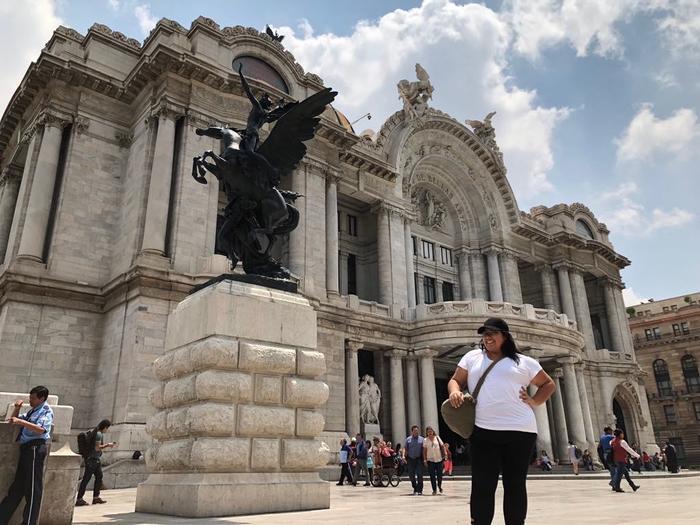 Madai Zamora posa frente al Palacio de las Bellas Artes en la ciudad de México. (Foto suministrada)