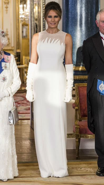 "Melania Trump en la cena ""Ladies in White"" en Inglaterra"