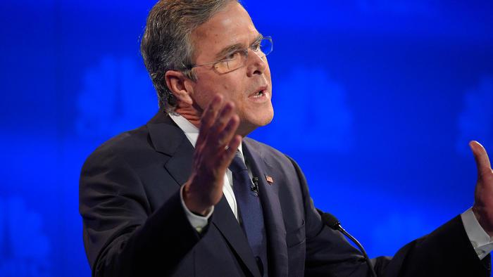 El precandidato Jeb Bush argumenta durante el tercer debate republicano en Boulder, Colorado