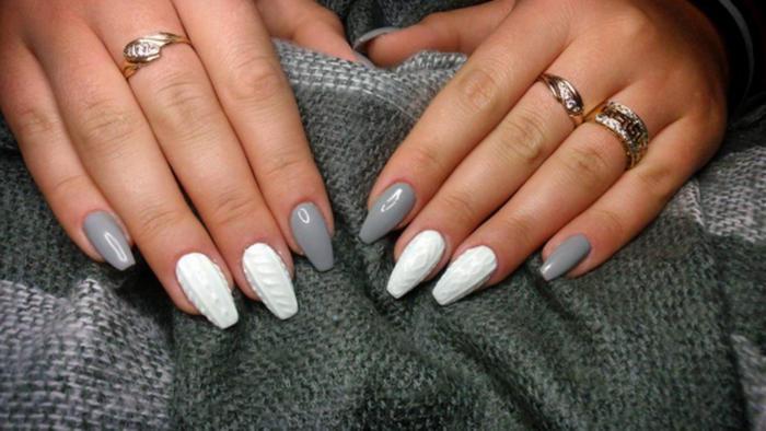 Manicure con esmalte gris y blanco con textura de tejido
