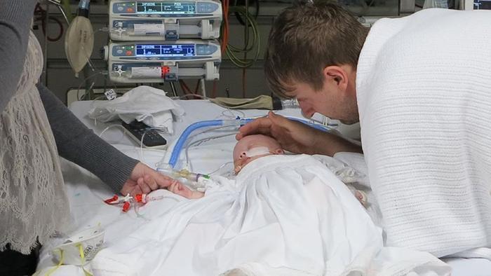 Catherine Hughes y Greg Hughes en el hospital consolando a su bebé