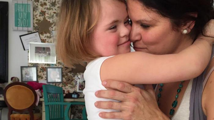 Katie Driscoll y su hija Grace abrazadas