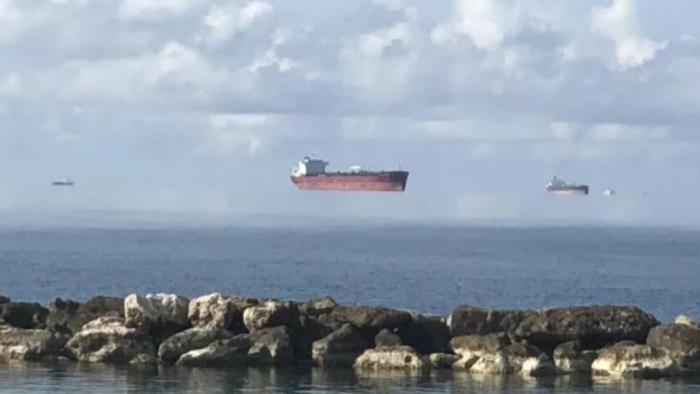 Barcos flotando en el aire