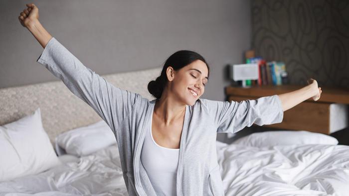 Mujer feliz en pijama