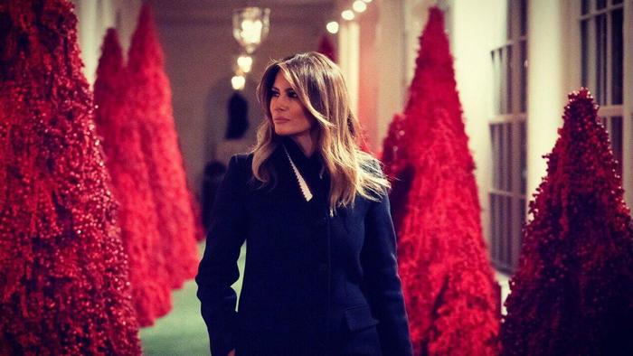Melania Trump con árboles de navidad rojos en la Casa Blanca