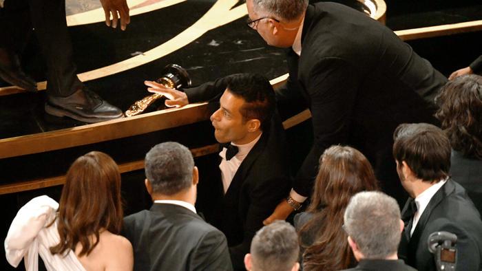 Rami Malek se cayó al término de los Oscars 2019
