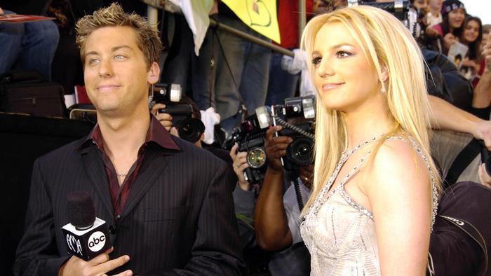 Lance Bass y Britney Spears durante la ceremonia  de American Music Awards 31