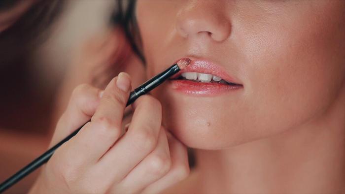mujer aplicando bálsamo de labios