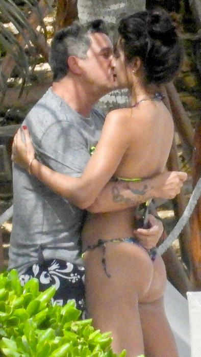 Alejandro Sanz y Rachel Valdés beso en la playa