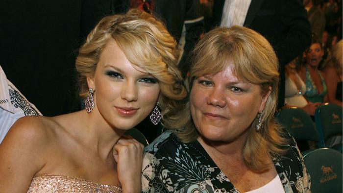 Taylor Swift y su mamá