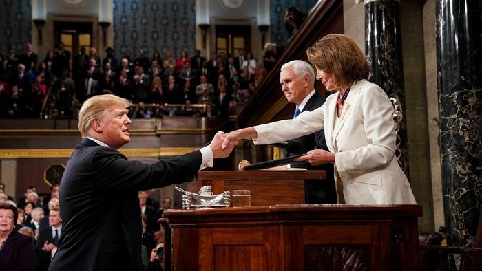El presidente Trump salud a la presidenta de la Cámara de Representantes, Nancy Pelosi, y al vicepresidente de EEUU, Mike Pence en su discurso sobre el Estado de la Nación en febrero 5 de 2019