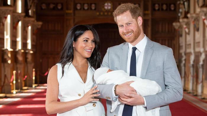 Meghan Markle con príncipe Harry con su bebé en brazos