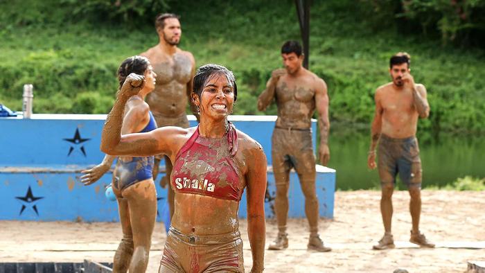 Shaila festeja con el cuerpo lleno de barro
