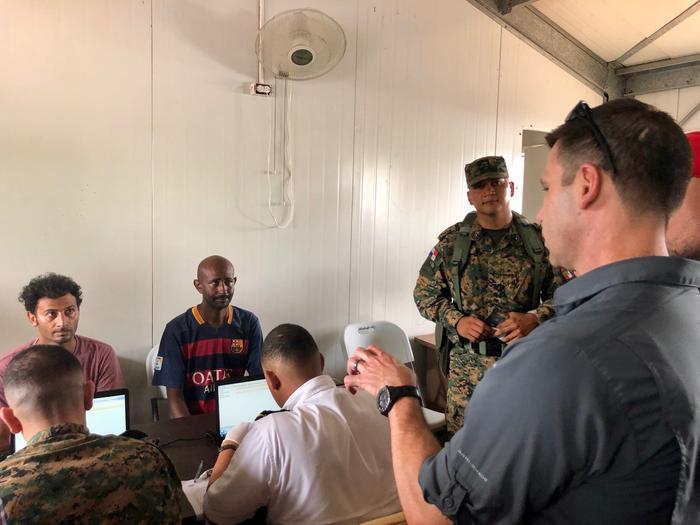 El secretario interino de Seguridad Nacional, Kevin McAleenan, visitó un centro de procesamiento de migrantes en la región del Darién