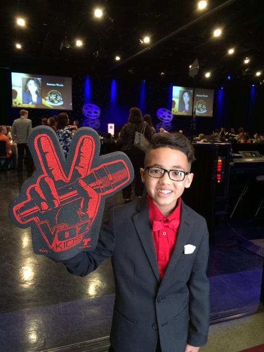 Jonael con el signo de La Voz Kids en los Young Entertainer Awards 2016