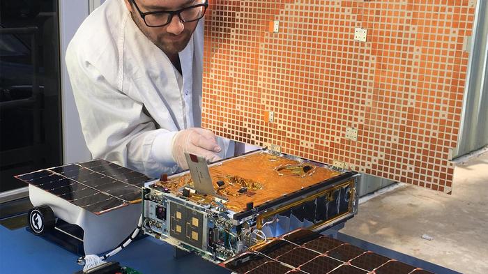 Un ingeniero de NASA trabaja en satélite que estará agregado al vehículo InSight