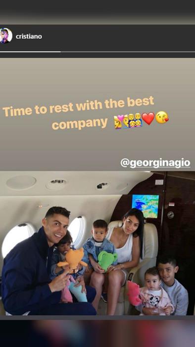Cristiano Ronaldo y su familia en avión privado