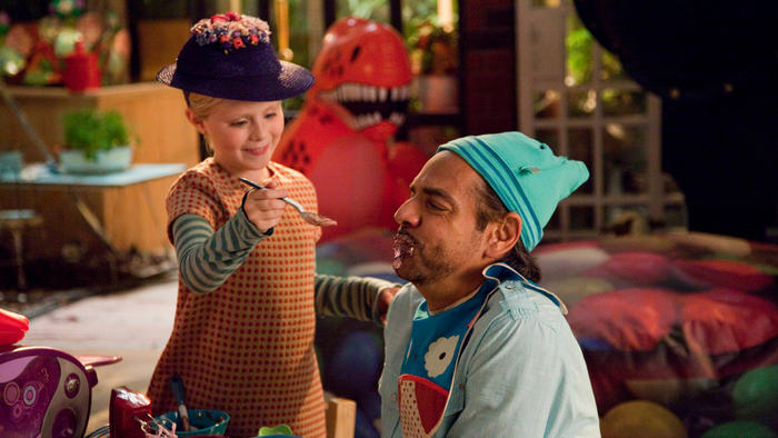 "Eugenio Derbez y Loreto Peralta en la película ""Instructions Not Included"""