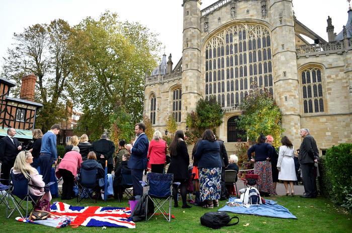 Invitados en el Claustro de Herradura en la Capilla de San Jorge en Windsor (Reino Unido) a la espera de la boda de la princesa Eugenia y Jack Brooksbank