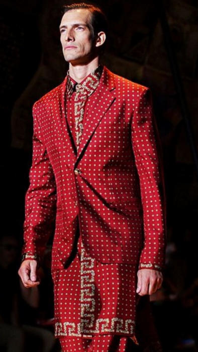 Iván de Pineda desfilando con traje rojo
