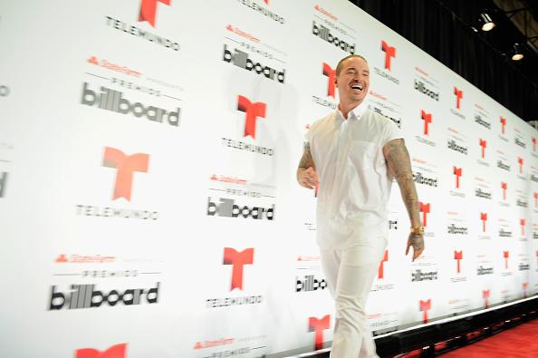 j-balvin alfombra blanca premios billboard 2015