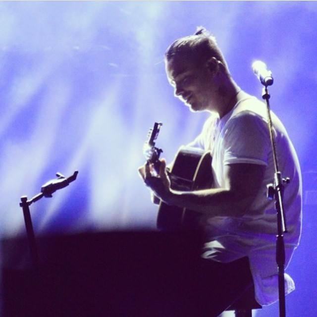 J Balvin toca la guitarra