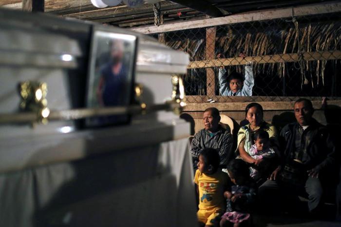 La familia, vecinos y amigos despidieron en el caserío San Antonio Secortéz, al norte de Guatemala, a Jakelin Rosmery Caal Maquín.