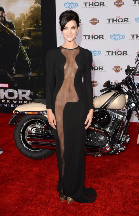 Jaimie Alexander en la alfombra roja del estreno de Thor: The Dark World