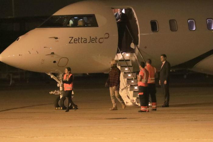 Jamie Foxx junto a un avión en París