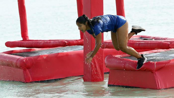 Jasmín Ibarra salta en el circuito sobre el agua