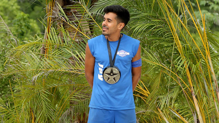 Jay Flores posa con su medalla
