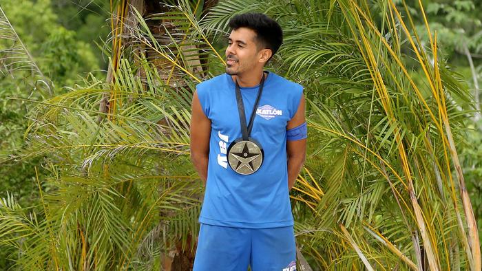 Jay sonríe con su medalla