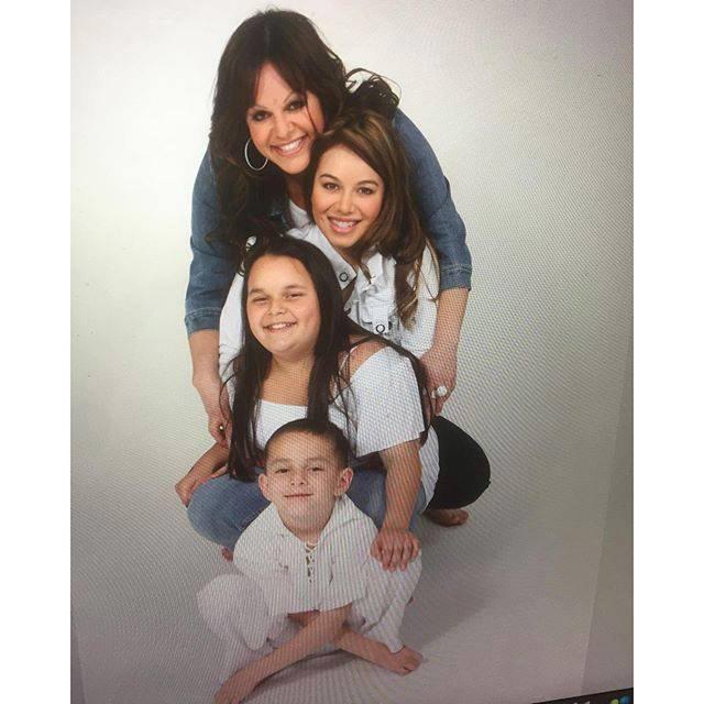 Jenni Rivera con Chiquis Rivera y sus hijos
