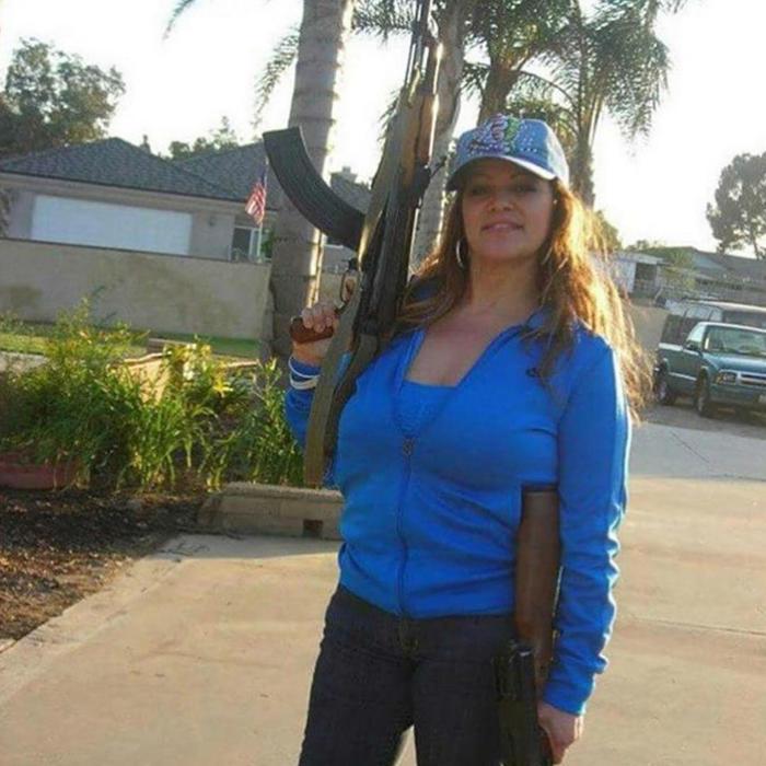 Jenni Rivera con fusiles