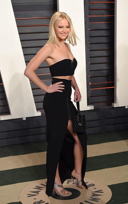 Jennifer Lawrence con vestido negro en la fiesta de Vanity Fair 2016
