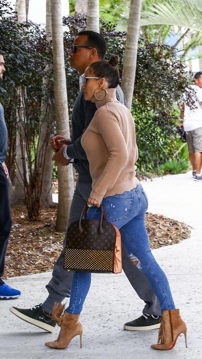 3f4e20008f Jennifer Lopez usó unas botas de más de mil dólares para viajar el ...