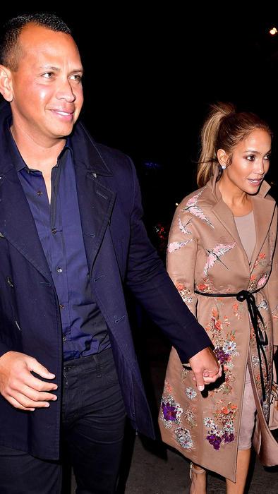 Jennifer Lopez y Alex Rodriguez tomados de la mano