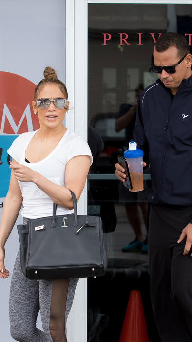 Jennifer Lopez y A-Rod saliendo del gym