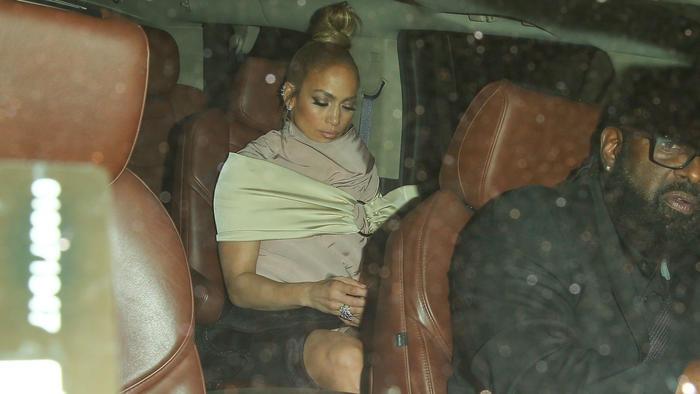 Jennifer Lopez abordo de su camioneta