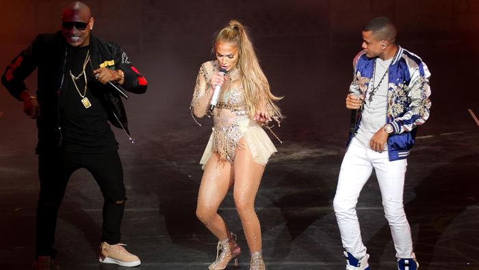Jennifer Lopez cantando y bailando con Gente de Zona