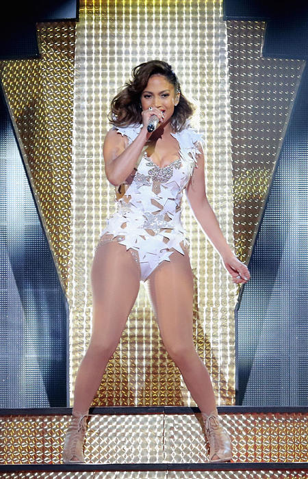 Jennifer Lopez cantando en los iHeart Radio Fiesta Latina
