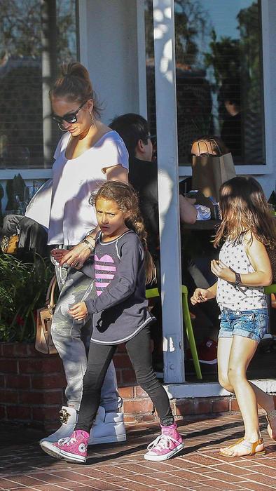 Jennifer Lopez de compras con sus hijos