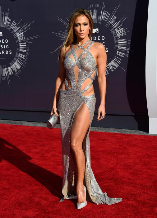 Jennifer López en un vestido plateado durante los MTV Video Music Awards 2014