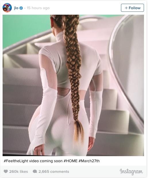 Jennifer Lopez mostrando su trenza durante la grabación del video Feel the light en Instagram