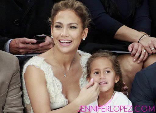 Jennifer Lopez con su hija Emme en un desfile de modas de Karl Lagerfield