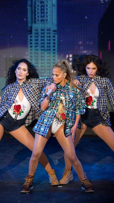 Jennifer Lopez con atuendo azul