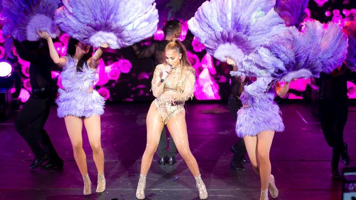 Jennifer Lopez con look dorado