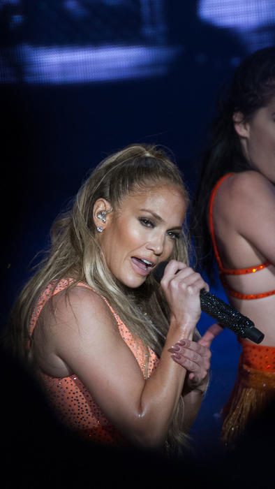 Jennifer Lopez con look naranja