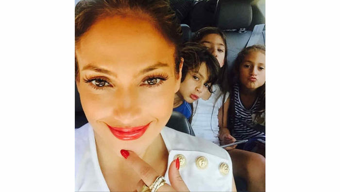 Selfie de Jennifer López con sus hijos Maximiliane y Emme