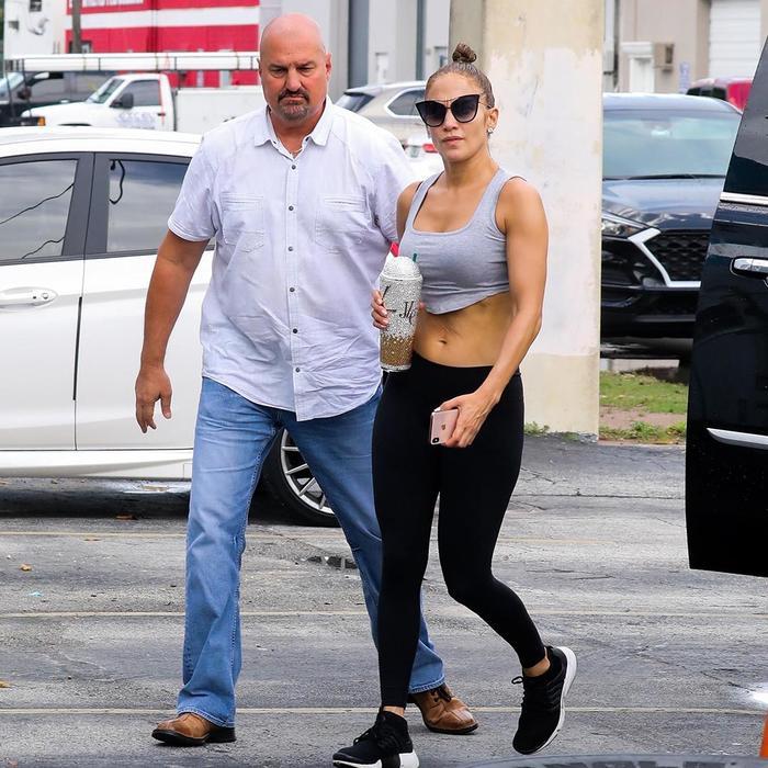 Jennifer-Lopez-muestra-el-resultado-de-una-sesion-de-gym